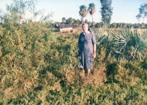 Suor Daniela in un campo