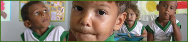 un bambino brasiliano nella divisa dell'asilo
